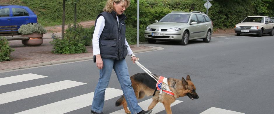 Tanja Kohl mit Blindenführhund