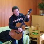 Blinder mit Gitarre